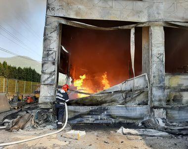 Maramureş: Incendiu cu mari degajări de fum la un depozit de vopseluri şi materiale de...