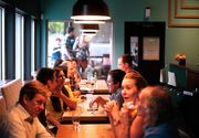 Dosar penal după ce angajaţii unui restaurant din centrul Clujului au fost prinşi în flagrant când serveau clienţii