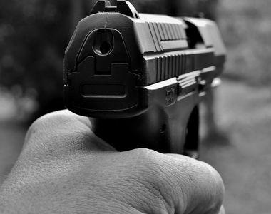 Scandal şi focuri de armă, într-un cartier din Arad. Cel puţin şapte persoane au fost...