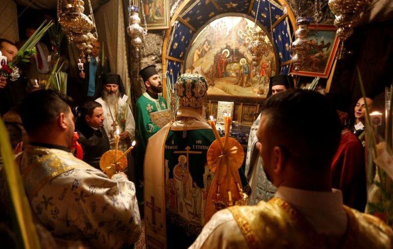 Bisericile se redeschid.  Slujele pot fi reluate în curtea bisericii