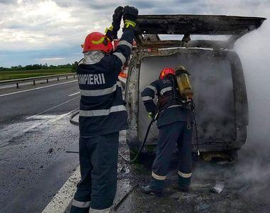Un microbuz a luat foc pe autostrada A1 - FOTO