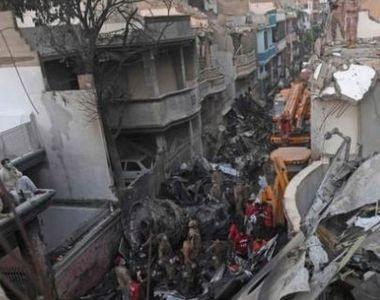 Pakistan: Cel puţin 97 de persoane au murit după prăbuşirea unui avion de linie la Karachi