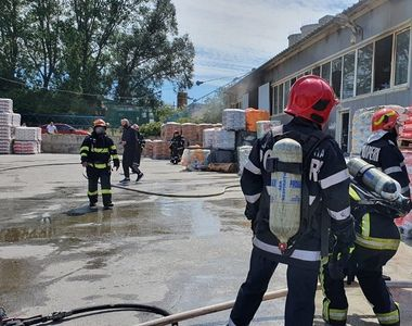 Incendiu la o hală de materiale de construcţii din Constanţa. Un pompier a fost rănit