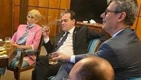 Fotografie cu premierul şi mai mulţi miniştri care beau, fumează şi mănâncă într-un birou al Guvernului. Reacția lui Orban