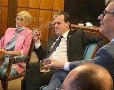 Fotografie cu premierul şi mai mulţi miniştri care beau, fumează şi mănâncă într-un...