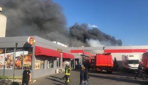 Incendiu violent la două hale din Bucureşti. A fost emis mesaj RO-ALERT