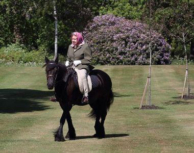 Regina Elizabeth II, în vârstă de 94 de ani, fotografiată călare în curtea palatului...