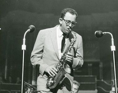 Muzicianul jazz Lennie Niehaus, compozitor pentru zeci de filme ale lui Clint Eastwood,...