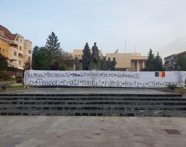 Ce banner a apărut în mijlocul orașului Sfântu Gheorghe, la aniversarea a 100 de ani de...