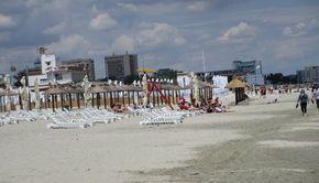 Reguli pentru cei care merg la plajă în zona fără şezlonguri, la malul mării