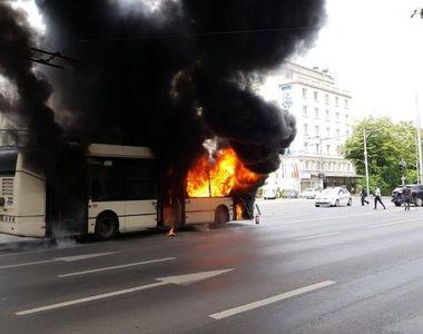 Un troleibuz a luat foc în Capitală. Pompierii intervin cu două autospeciale