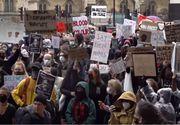 Londra - Paisprezece poliţişti, răniţi în protestele de sâmbătă
