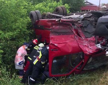 Accident teribil pe DN 67 la Vâlcea! Un microbuz plin cu oameni a fost proiectat...