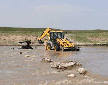VIDEO   Un bărbat şi fiul său, salvaţi după ce au încercat să treacă râul Siret cu o...