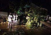 Furtună puternică în Galaţi – 50 de maşini au fost avariate şi 100 de copaci au fost doborâţi de vânt