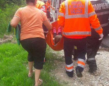 Grav incident în Vâlcea. Trei persoane au fost rănite după autoturismul în care se...