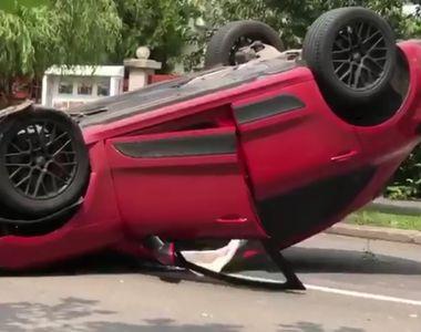 VIDEO. Accident spectaculos în Capitală: un bolid s-a răsturnat pe mijlocul șoselei