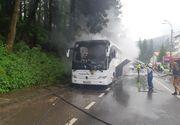 Incendiu puternic pe DN 1. Un autocar cu 46 de persoane a luat foc