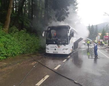 Un autocar în care se aflau 46 de persoane a luat foc în mers, în zona Azuga