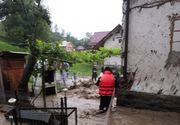 Inundaţii în 161 de localităţi din 29 de judeţe - zeci de persoane evacuate, peste 1.000 de case, curţi şi beciuri, inundate
