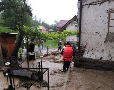 Inundaţii în 161 de localităţi din 29 de judeţe - zeci de persoane evacuate, peste...