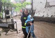 """Marcel Vela, despre pompierul fotografiat cu un bebeluş în braţe, la inundaţii: """"Ieşise dintr-o tură de 24 de ore"""""""