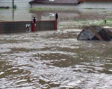 Inundațiile fac prăpăd în România. Viitura a trecut de doi metri - VIDEO