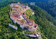 Cetatea Râșnov a fost cuprinsă de flăcări. Vizitatorii sunt evacuaţi