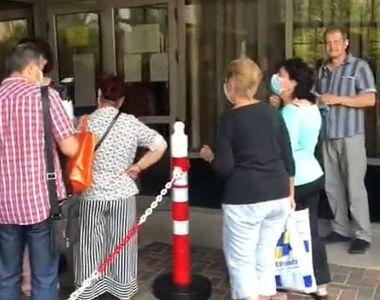 VIDEO| Coadă la Casa de Pensii. Nimeni nu mai ține cont de nicio restricție. Imagini...