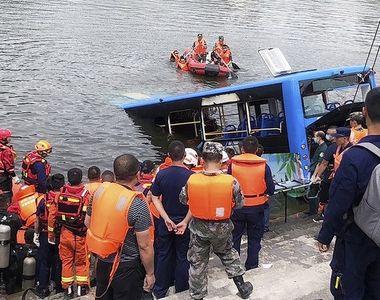 Un autobuz plin cu elevi a căzut într-un lac. Cel puțin 21 de morți. Tinerii mergeau să...