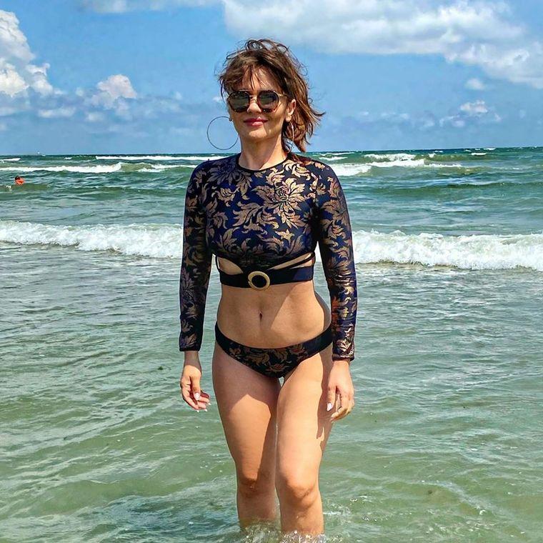 """Cristina Șișcanu a venit cu acest costum de baie la plajă și a stârnit o adevărată furtună pe Internet! """"Îți lipsește blănița...."""""""