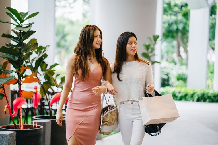 Cum să te îmbraci în tendințe fără să cheltuiești o avere