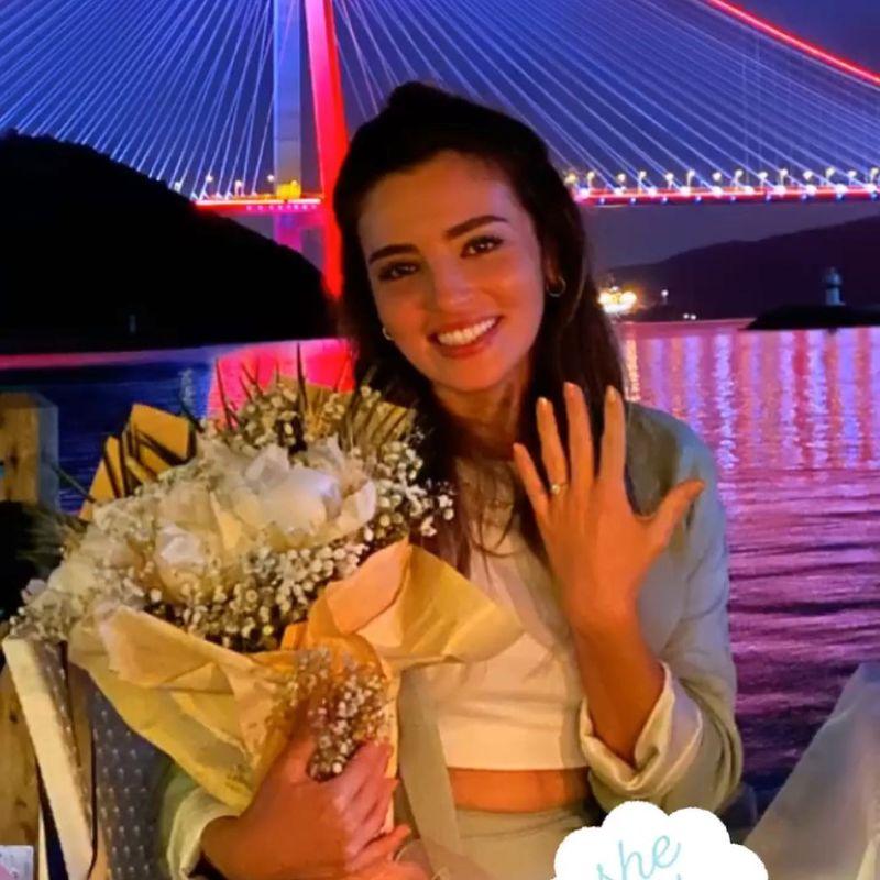 e malul marii, printre lumanari, cu flori, intr-un cadru de vis, desprins parca din filmele americane, tanara actrita a fost ceruta in casatorie.