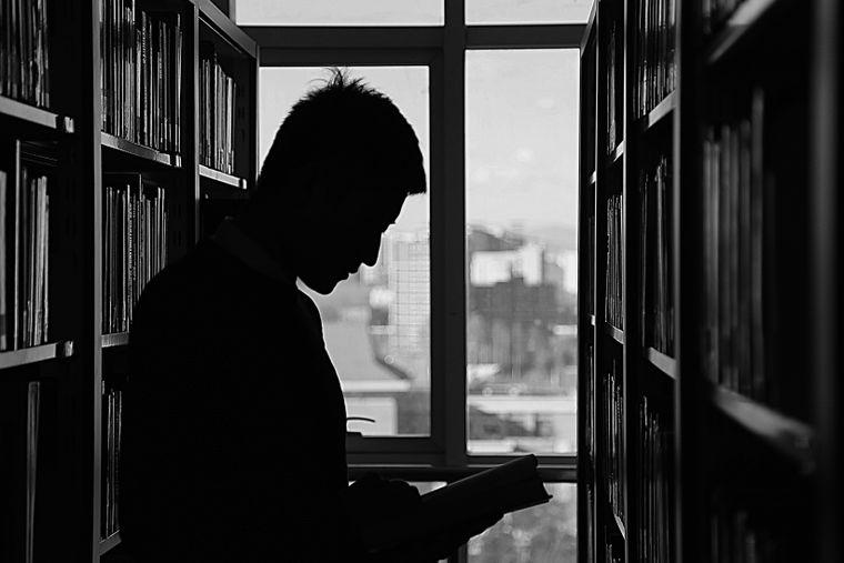 5 modalități prin care cititul îți îmbunătățește personalitatea