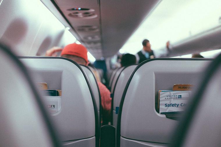 Ce salariu are o stewardesă care lucrează pentru companiile low cost? O să rămâi surprins!