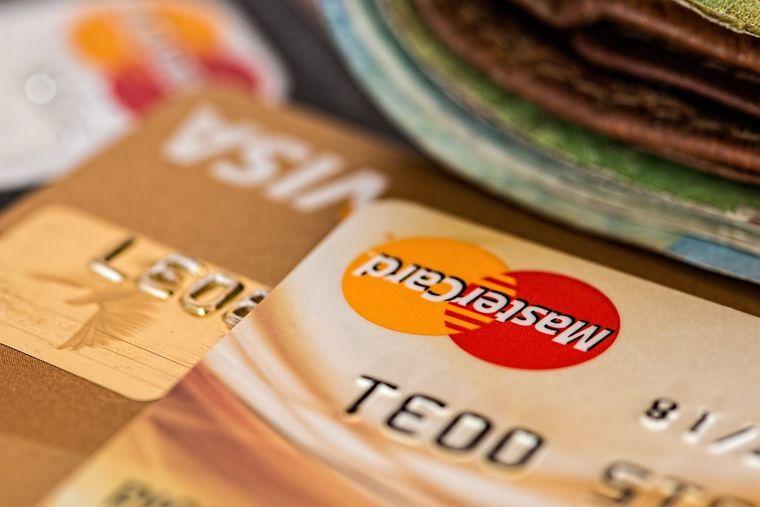 Ce metodă de plată alegi pentru vacanță: Cash sau Card?