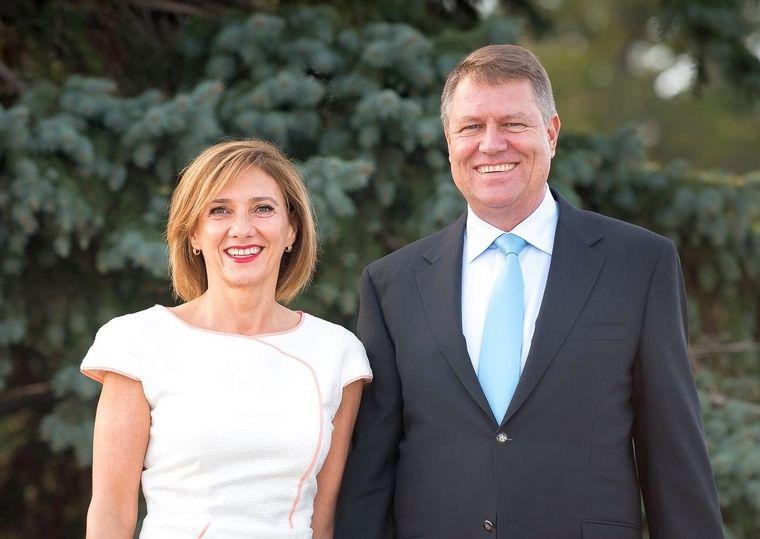 Ce salariu are Carmen Iohannis? Soţia lui Klaus Iohannis câştigă foarte puţin pe lângă preşedinte