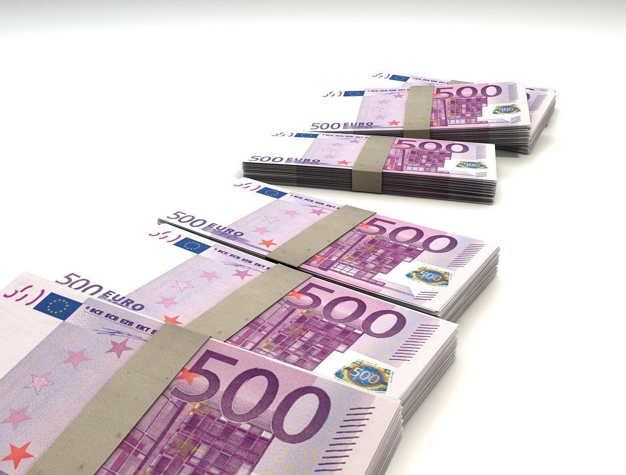 Se dau bani pentru români! Cine poate primi 15000 de euro nerambursabili