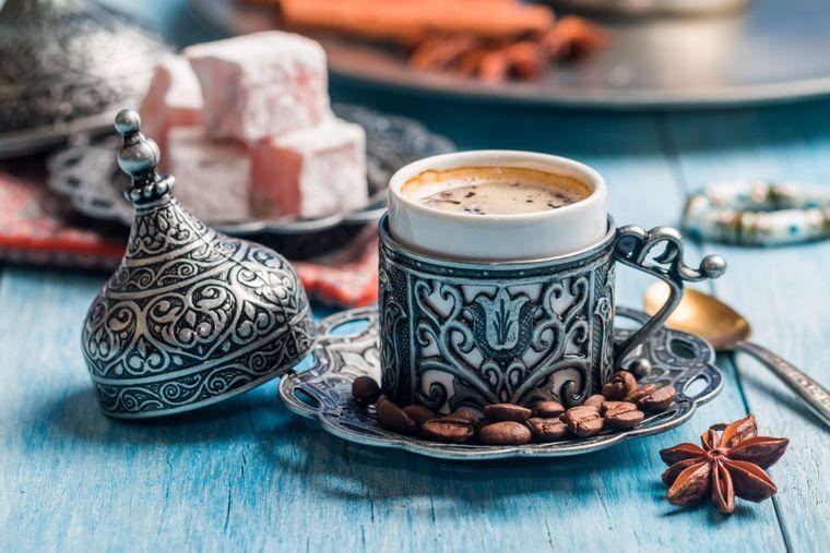 Cum să îți faci acasă cafea turcească? Se servește cu ciocolată și cu apă