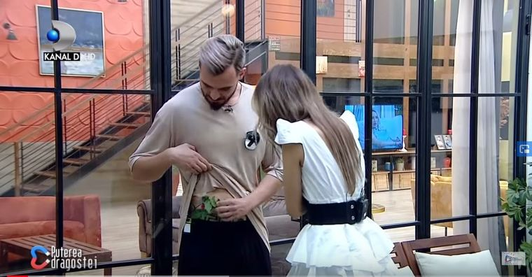 Marinescu îi oferă un trandafir din chiloții lui, Andreei