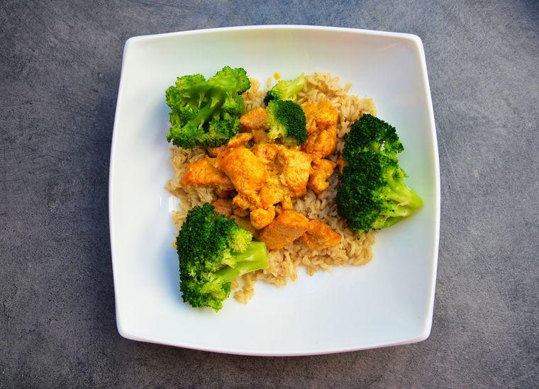 Cum să gătești un pui delicios la cuptor cu susan, broccoli și lămâie!