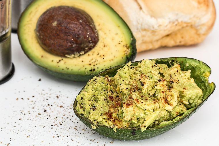 Cum să gătești o gustare delicioasă: hummus de avocado cu crudități!
