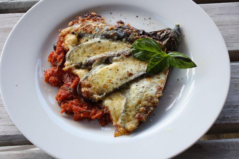 Avem pentru tine o rețetă italiană delicioasă: vinete și dovlecei gratinați, cu mozzarela și parmezan!
