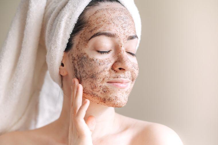 5 beneficii ale scrubului facial. Ce trebuie sa contina un scrub facial pentru a fi eficient?