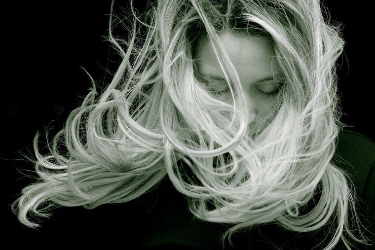 Cât de des ar trebui să-ți tunzi vârfurile, în funcție de tipul tău de păr!