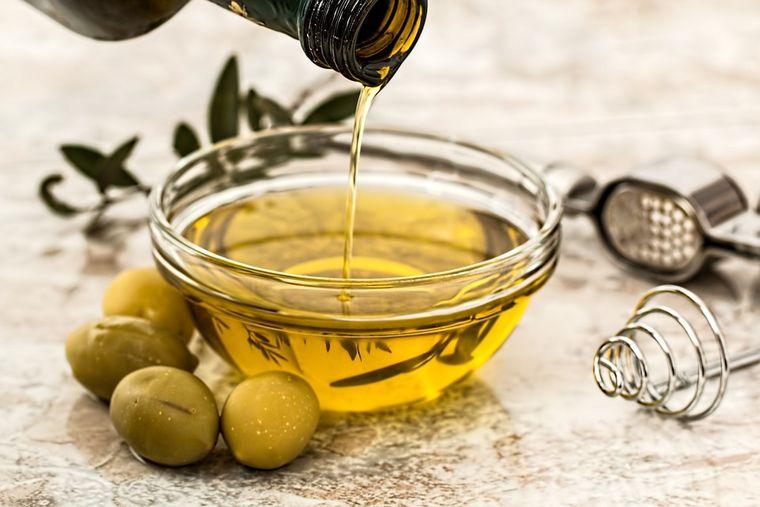 E bine să te dai cu ulei de măsline pe față