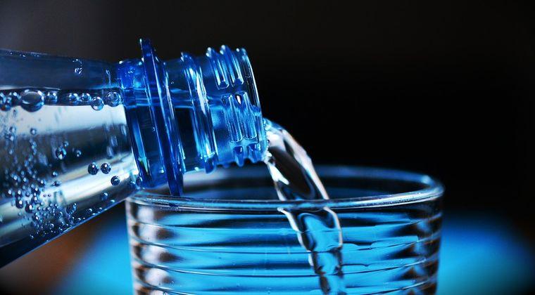 E bine să bei apă minerală