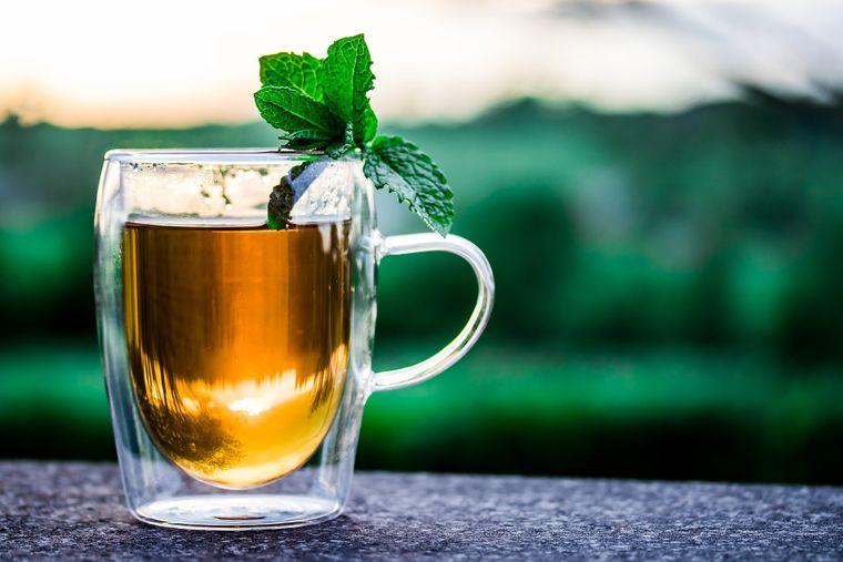 3 rețete de ceai verde care îți redau sănătatea și puterea la 60 de ani.