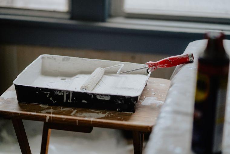 Renovare cu buget redus: Ce materiale ieftine poţi alege pentru o amenajare modernă