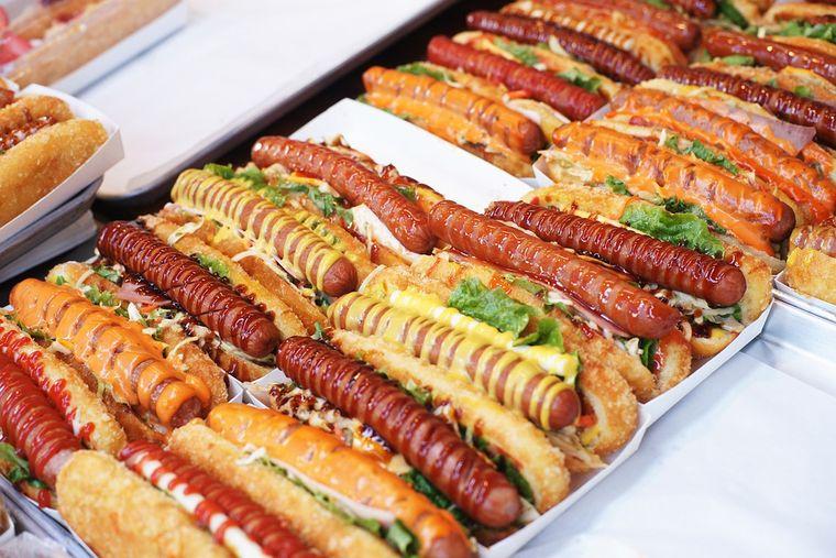 Rețetă de hotdog american. Cum faci chifla pufoasă și ce sosuri trebuie să pui
